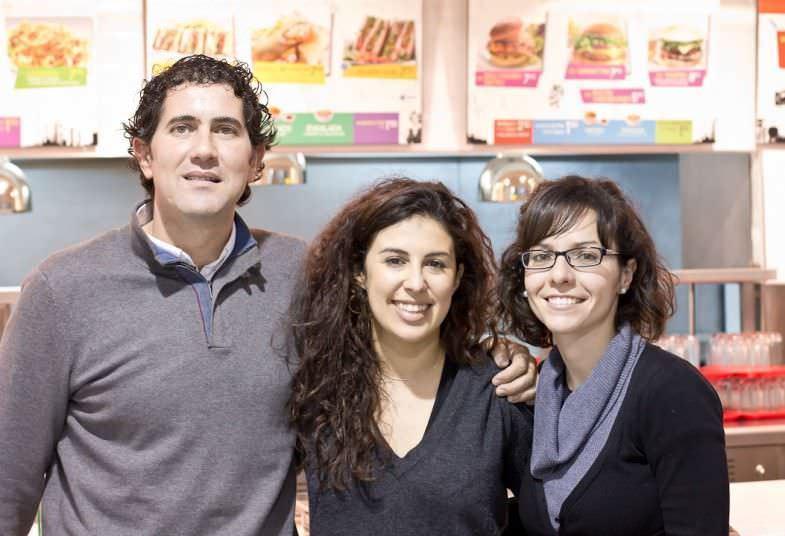 Alba de Ubdem con Santiago, el gerente de la cadena VIPSmart y Teresa, responsable de prensa