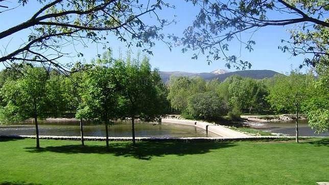 Especial piscinas naturales un buen d a en madrid for Piscina natural de riosequillo