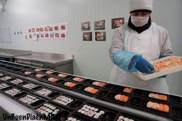 Operario completando las bandejas de sushi