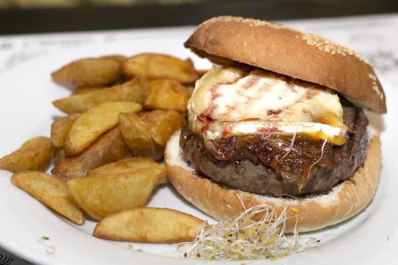 Hamburguesa con queso de cabra, cebolla caramelizada y frutos rojos