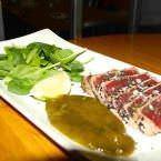 Tataki de atún con sésamo negro y salsa de jengibre