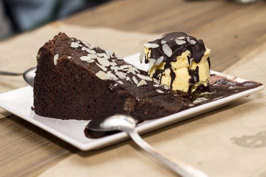 Brownie exquisito, con una textura y sabor muy conseguidos.