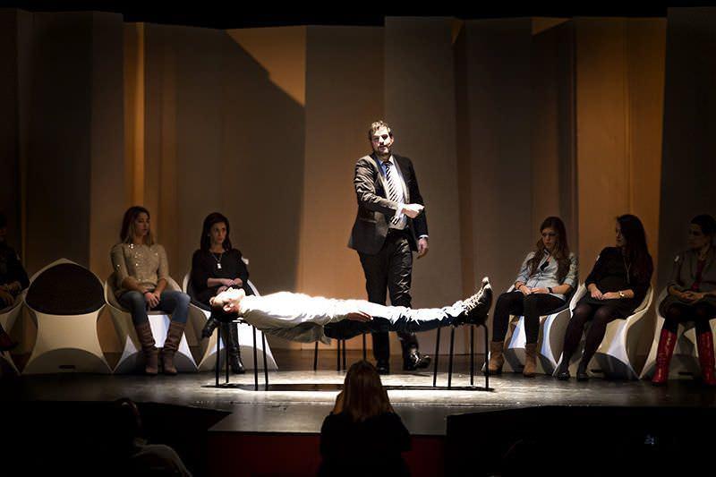 Momento del show en donde un estado de rigidez permite al voluntario mantener su peso sobre dos sillas