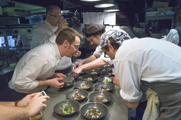 Chefs preparando un menú especial