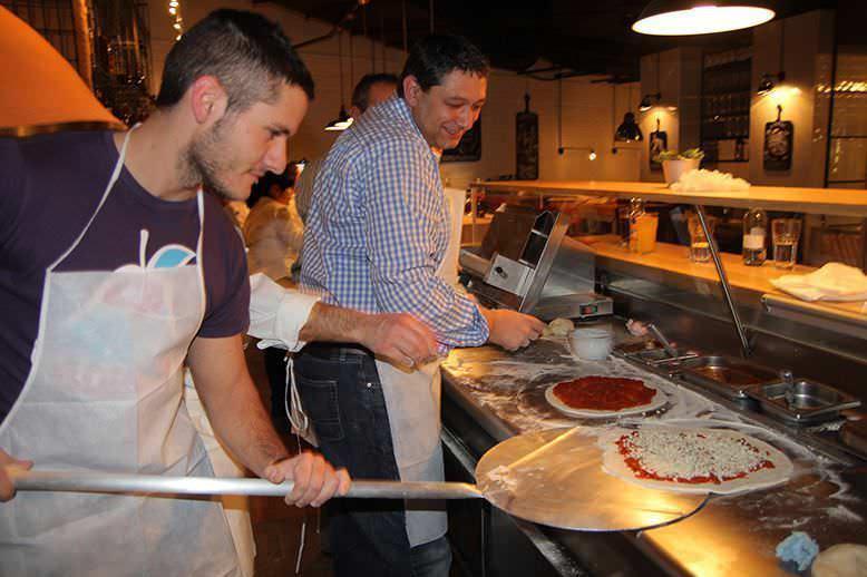Cogiendo la pizza para meterla en el horno