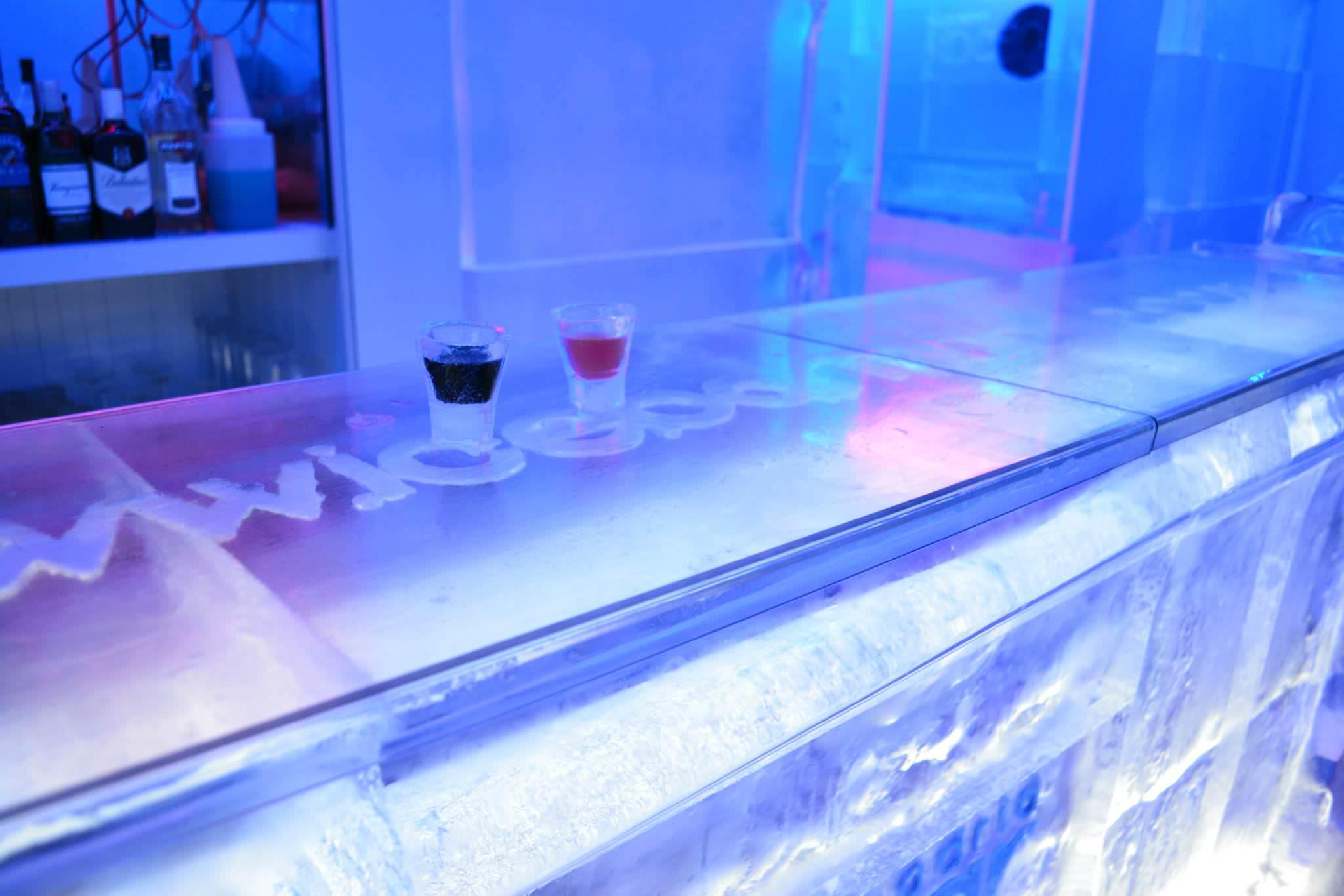 Chupitos en la barra del Ice Bar