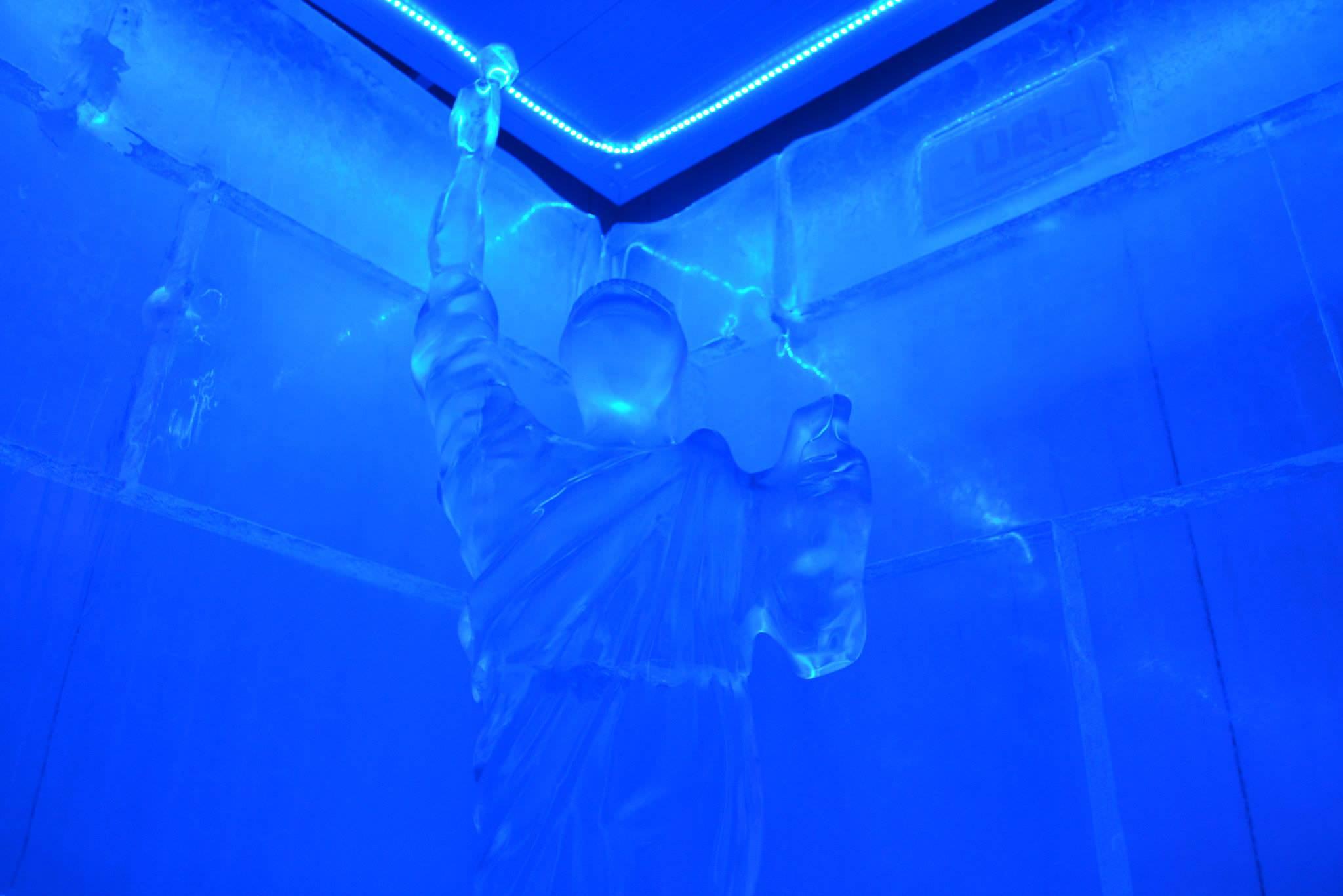 Estatua de la libertad tallada a mano