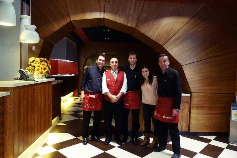 Con los camareros de Da Nicola ¡Muy majos ellos!