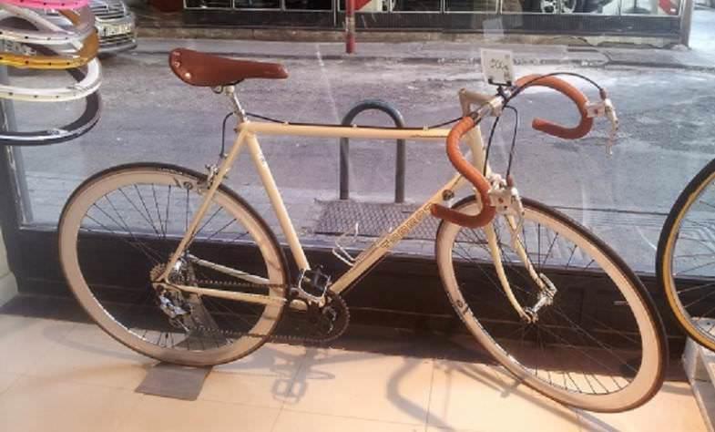 Una bicicleta antigua aún con mucho camino por recorrer