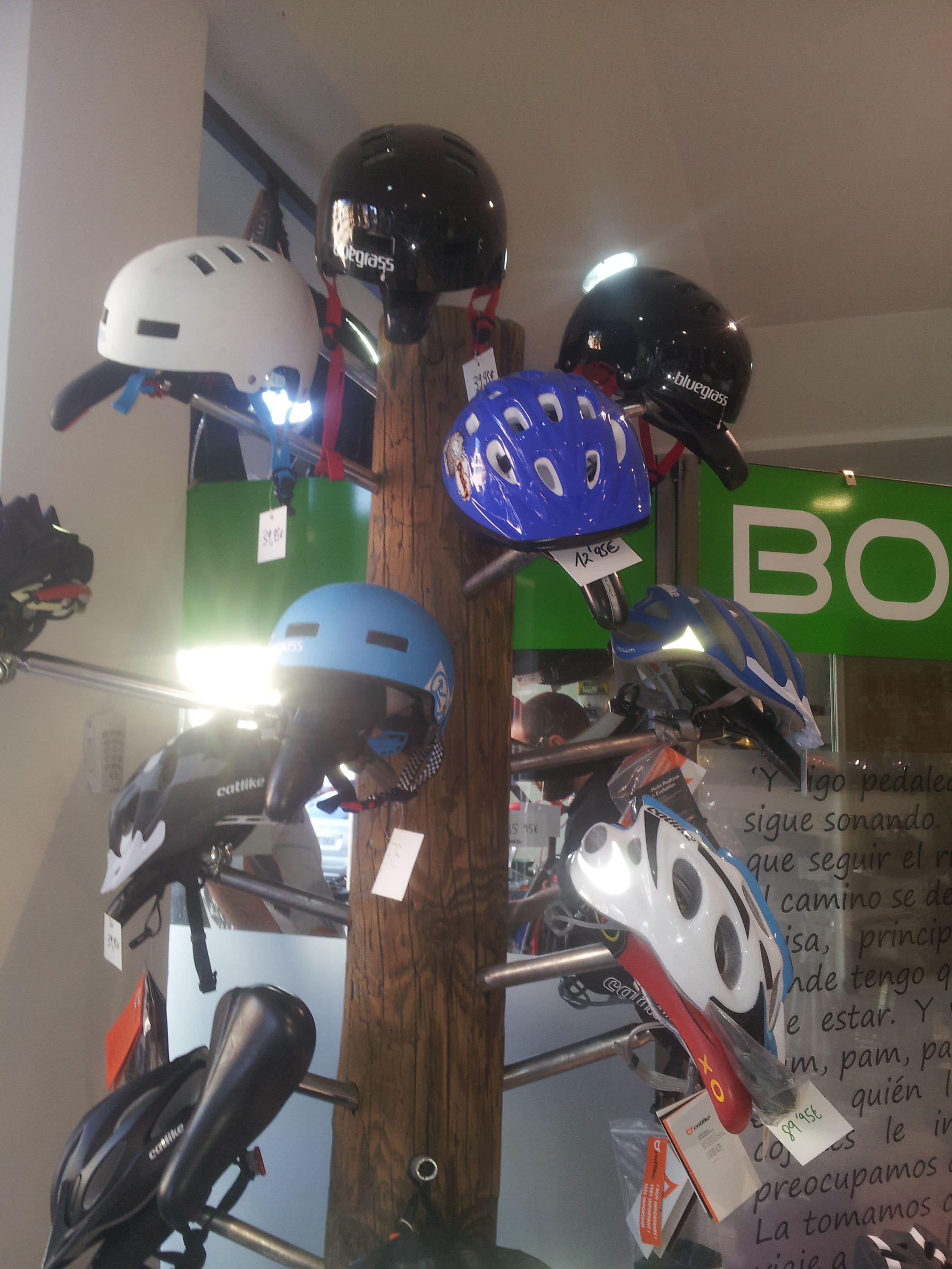 Expositor reciclado para cascos