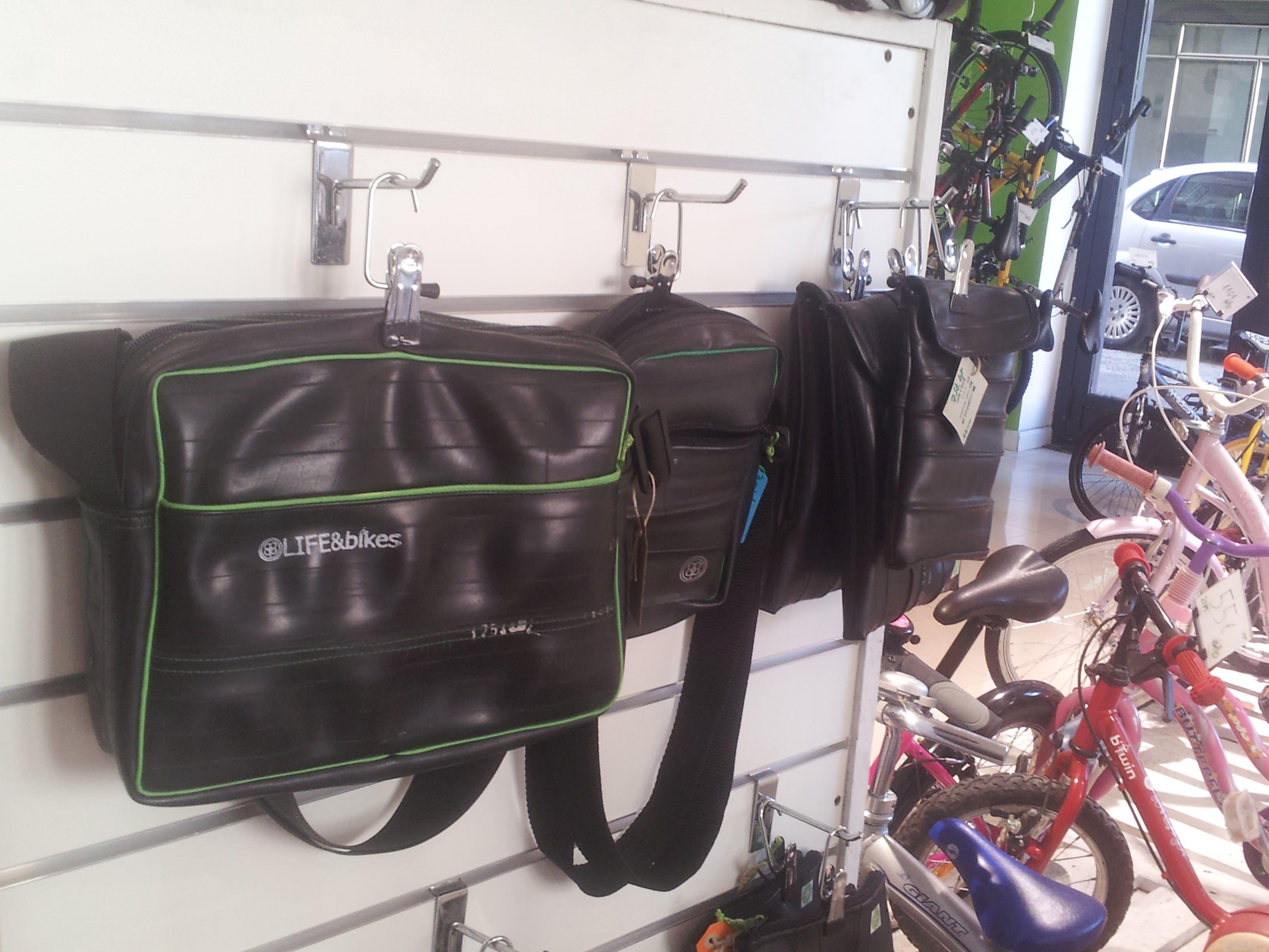 Bolsas hechas con cámaras de bici