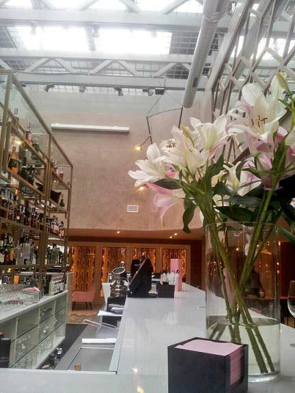 Gran barra central del Café Colón