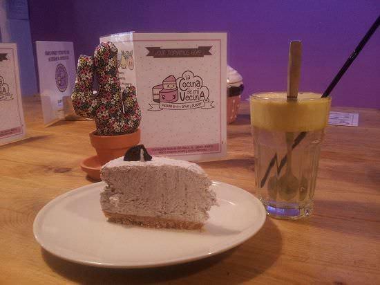 Cheesecake de oreo casera y zumo de manzana y limón