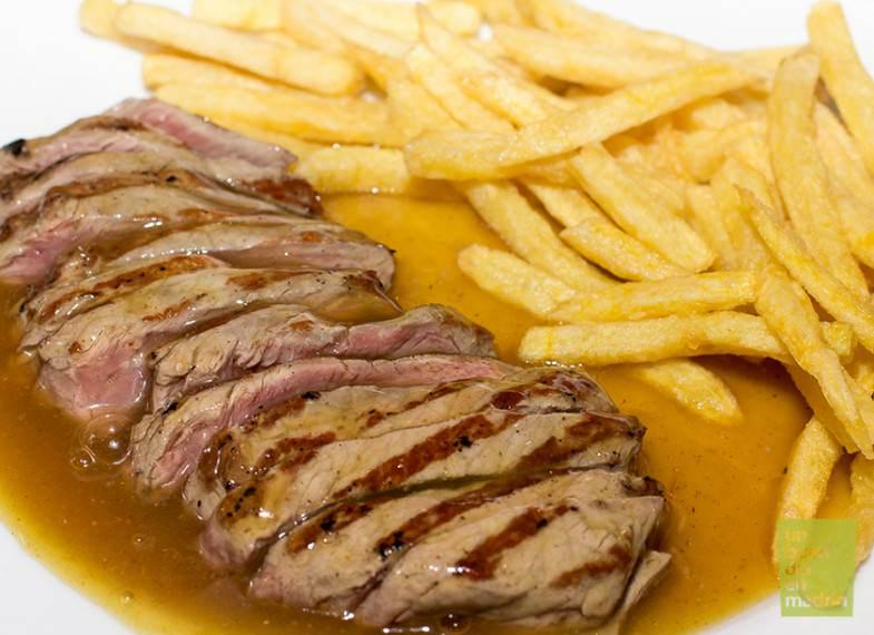 Entrecote con patatas fritas y salsa especial