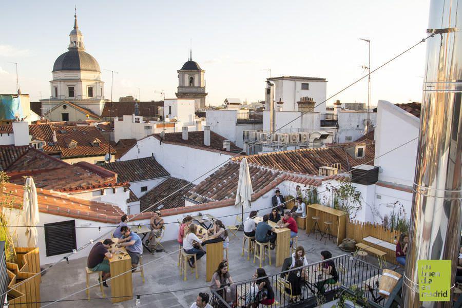 No olvides visitar 'The Hat Market' y tomarte unas cañas en su fabulosa azotea en el centro de Madrid
