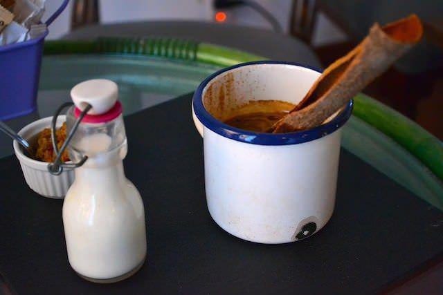 café Campesino, mi favorito. Con una rama de canela, panela, miel y leche al gusto