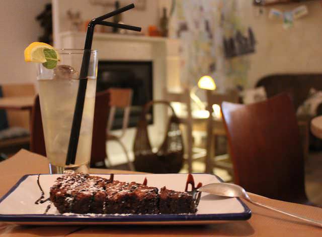El mejor final: brownie The Place con cóctel de té