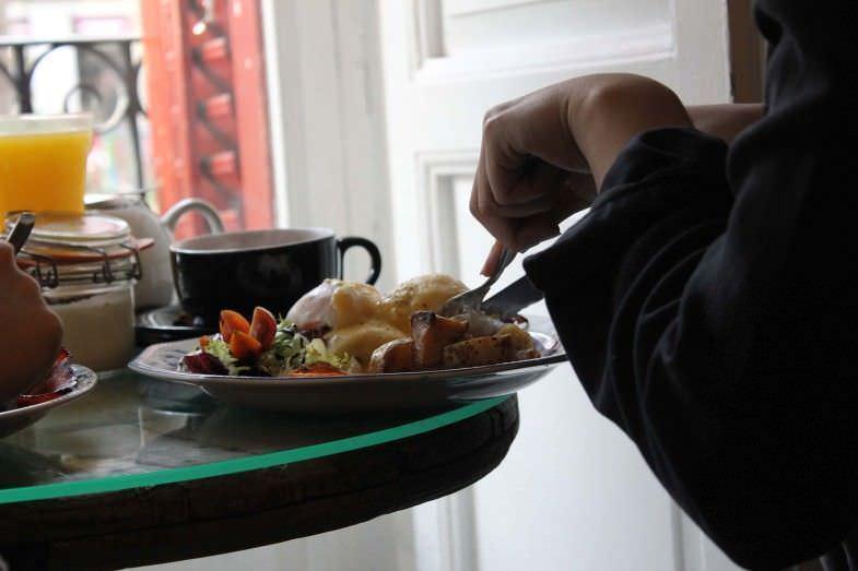 Desayuno junto al balcón de Mür Café