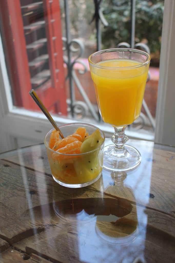 Zumo de naranja y vasito de frutas de temporada