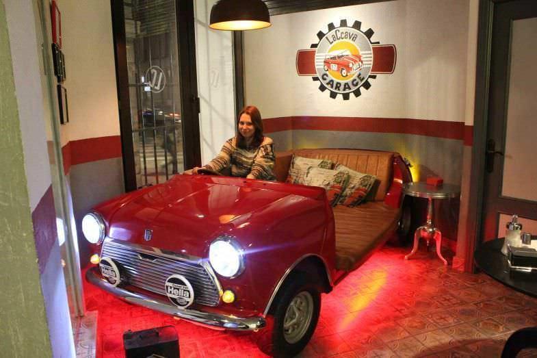 Conduciendo un Mini Cooper-sofá