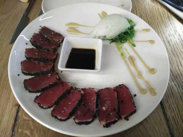 Tataki de atún con ensalada de algas