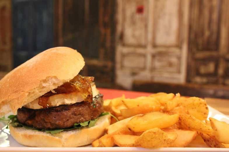 Gourmet burger francesa con unas riquísimas patatas fritas