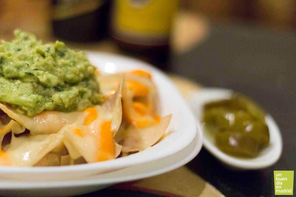 Media ración de nachos con guacamole (5,50€)