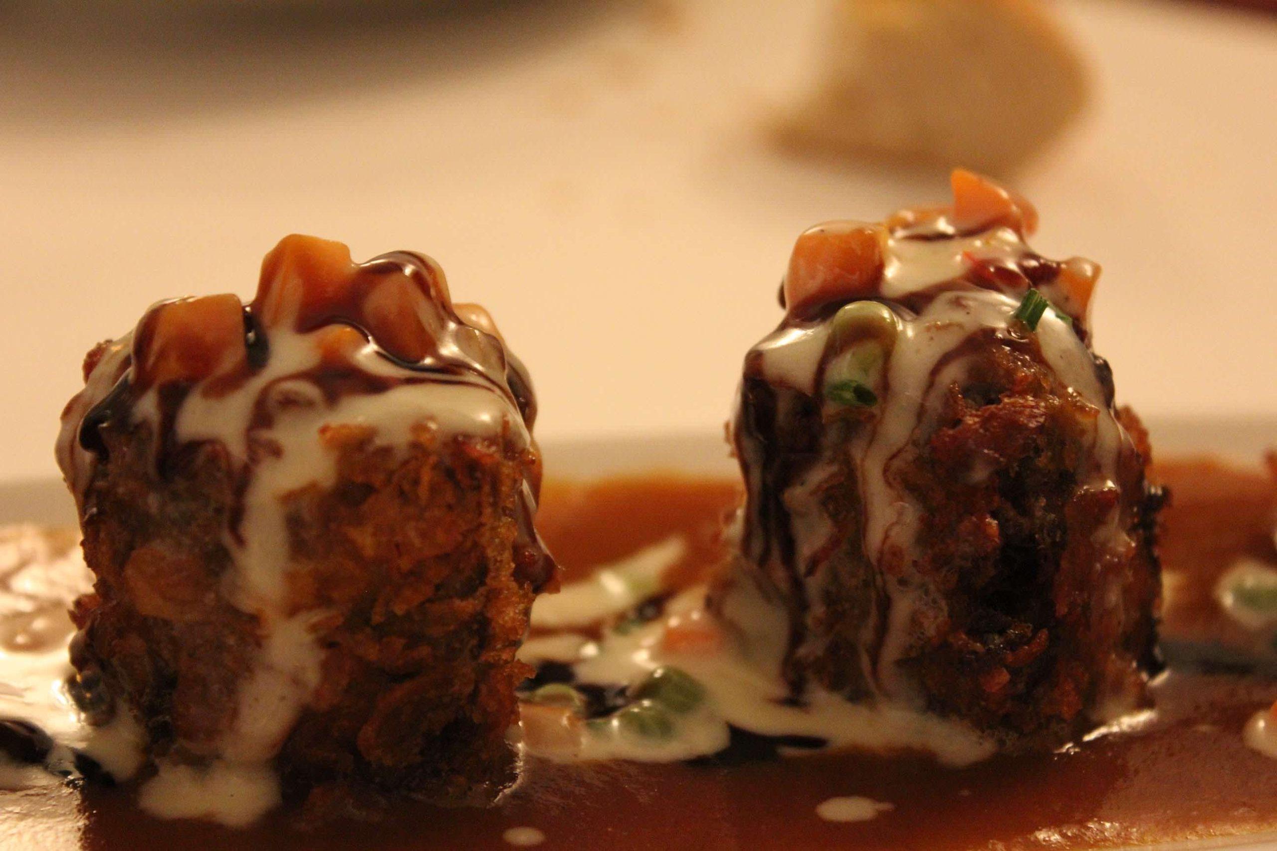 Daditos de rabo de toro empanados en cereales con su jugo y verduras a la crema