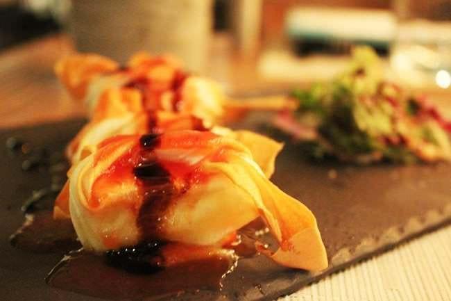 Saquitos de queso brie con mermelada de tomate