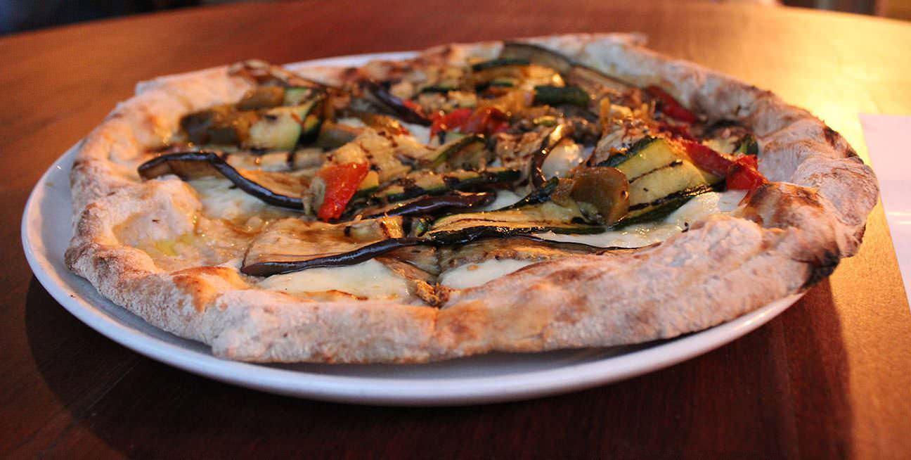 Pizza de verduras a la brasa con masa de harina integral