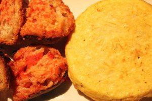 Tortilla española hecha al momento con pan con tomate