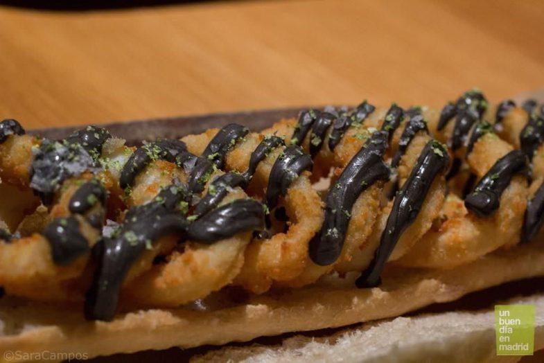 Bocadillo de calamar con ali oli negro y pan de cristalRestaurante Ana La Santa.