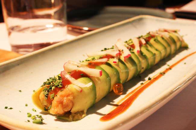 Roll de aguacate con tartar de salmón
