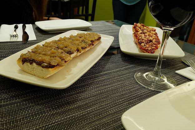 Tosta de morcilla con cebolla carameliada