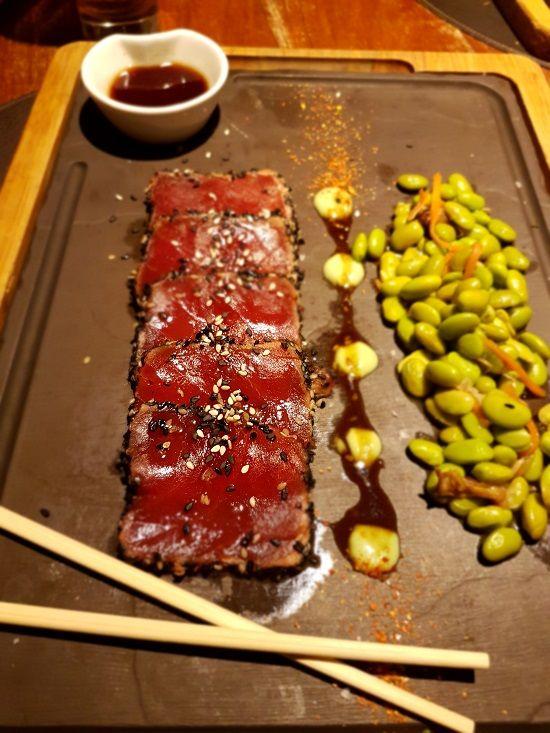 Tataki de atún macerado en soja y yuzu con edamame y zanahoria de luzi bombon