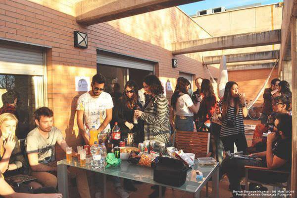 Público compartiendo bebida y snacks