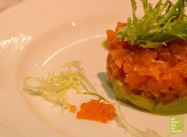 tartar de salmón frescon con tomate concasse, aguacate, cebolleta y escarola