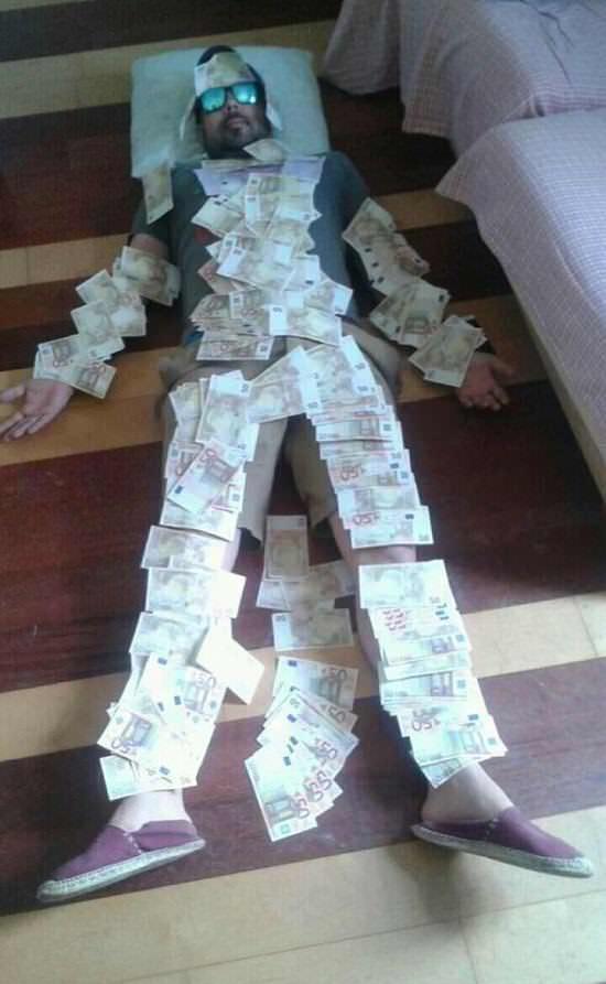 Juan Gaya con billetes