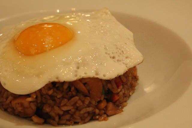 Nasi Goreng: arroz asiático con huevo frito