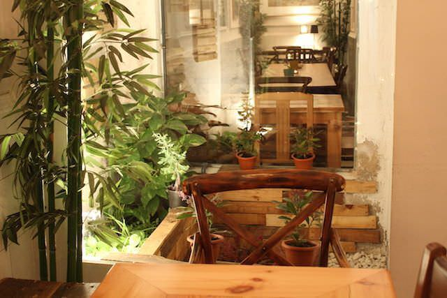 Mesa junto al mini-jardín interior de Roll