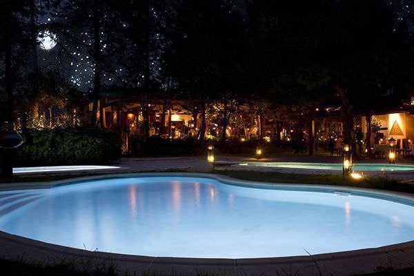 Vistas del restaurante de noche