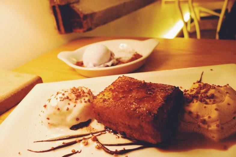 Pan de Brioche caramelizado con helado de yogur búlgaro y espuma de café