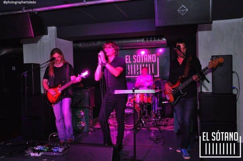 Actuación de una banda en vivo