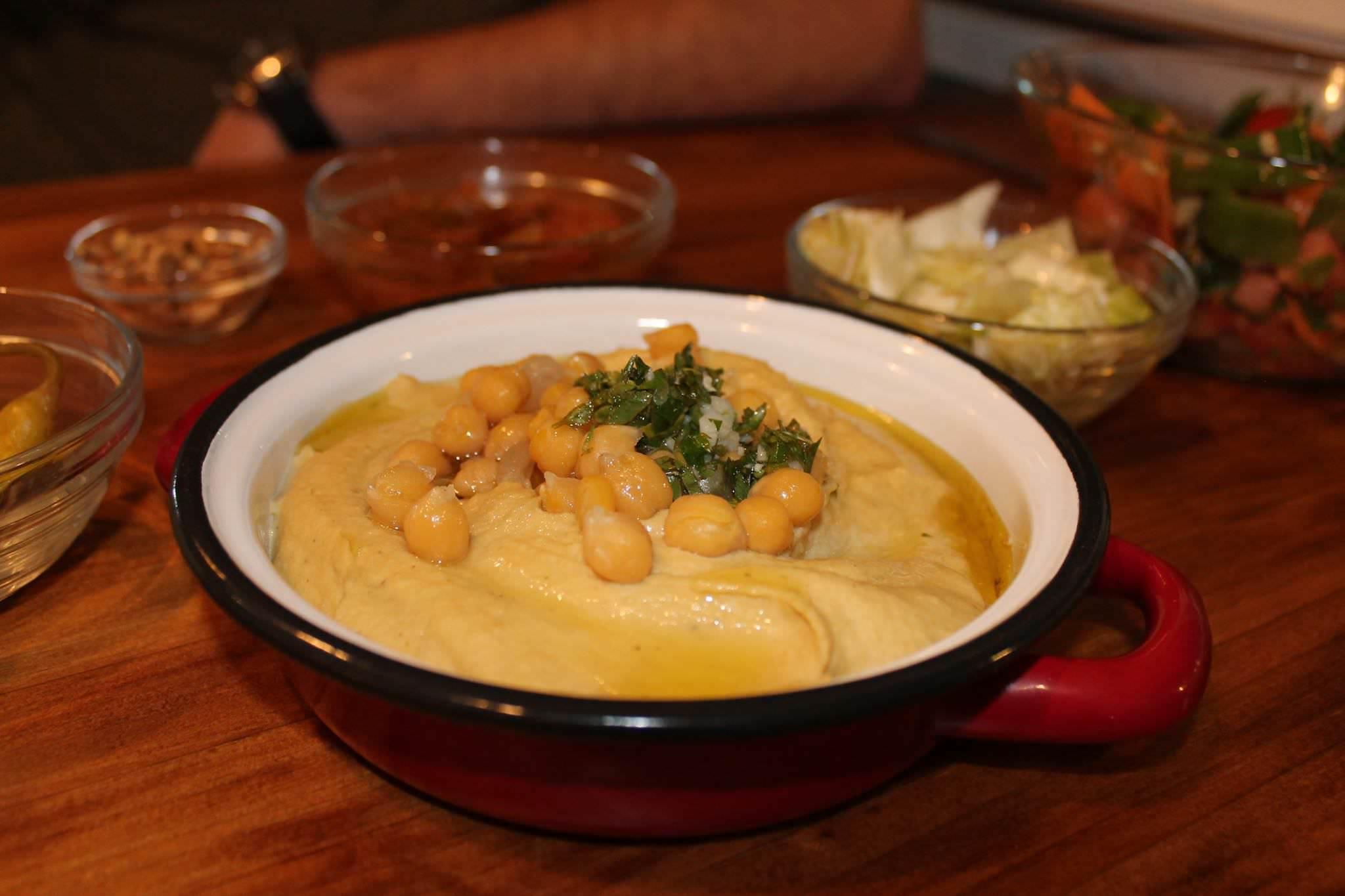 Plato de Hummus. hummus clásico con topping de garbanzos