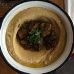 Plato de Hummus con champiñones guisados