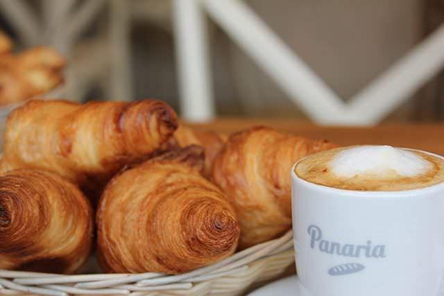 Croissants y café con espuma