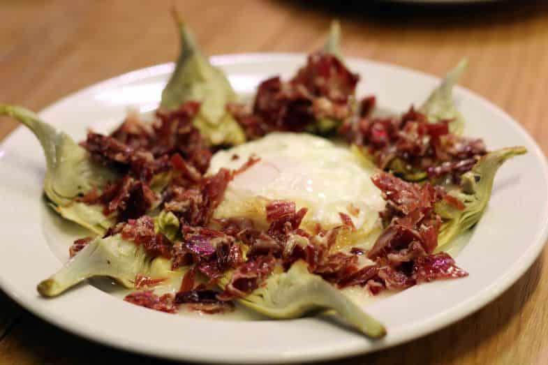 Alcachofas de temporada, huevos de corral y jamón ibérico.