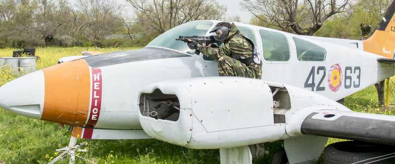 Avión de guerra en campo de paintball
