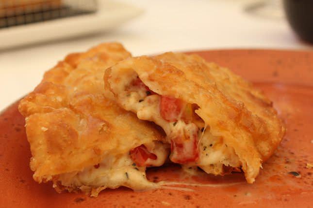 Empanada de mozzarella y tomate
