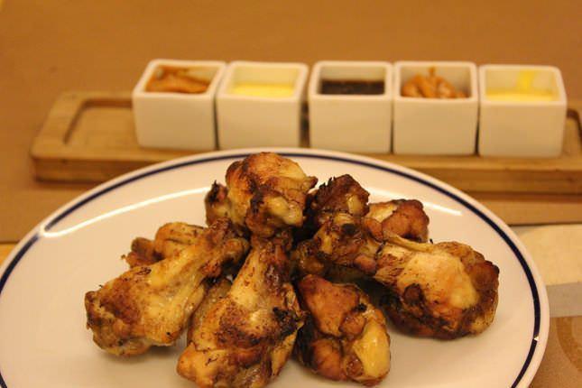 Alitas de pollo con salsas variadas